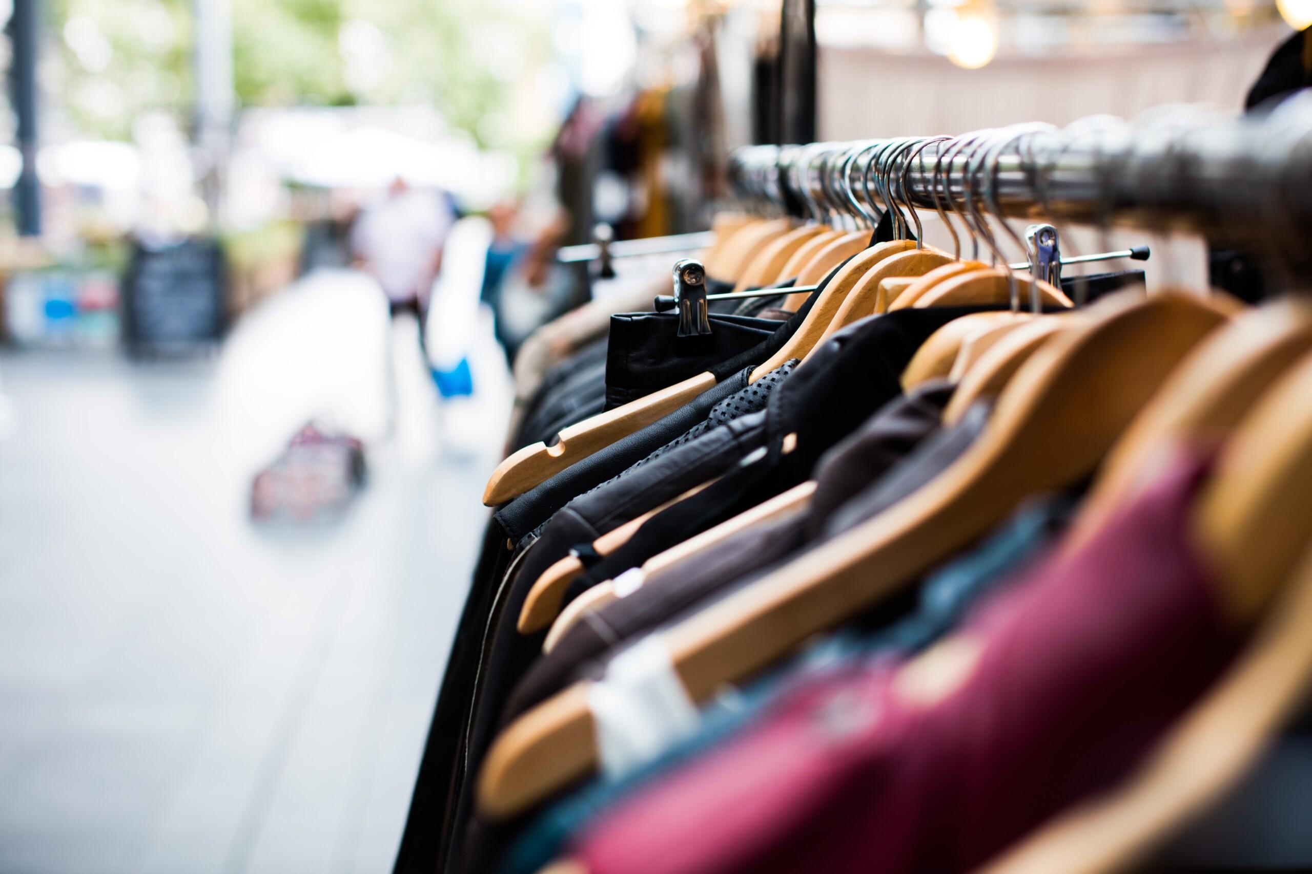 Zakup odzieży z drugiej ręki ma sens